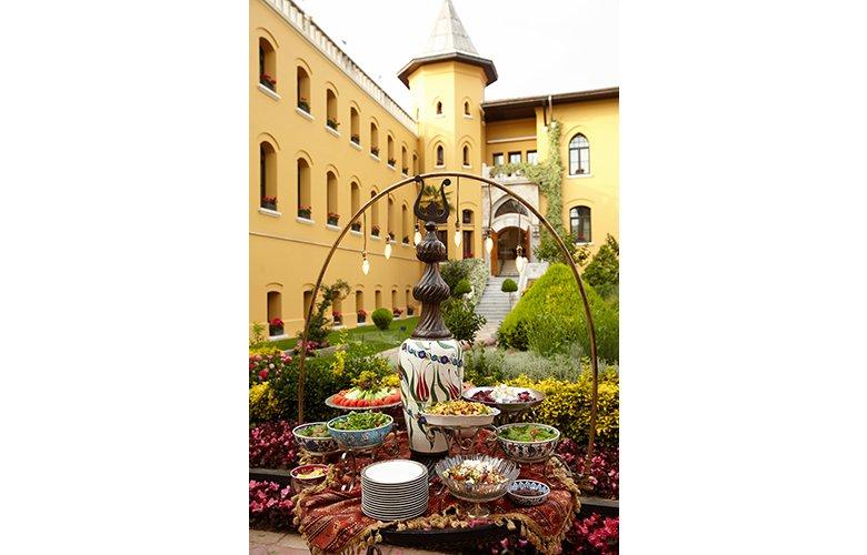 Four Seasons Hotels Istanbul Zengin İftar Sofralarını Ramazan Ruhunu Yansıtan Yeniliklerle Sunuyor